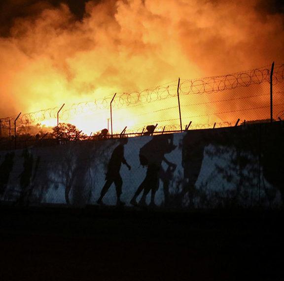 στις-φλόγες-η-μόρια-στον-δρόμο-12-000-μετανά