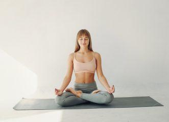 Face yoga: Κάντε αυτές τις ασκήσεις και πείτε αντίο στις ρυτίδες!