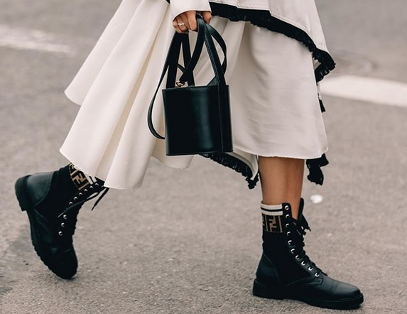 Fashion tip: Ο Νο1 κανόνας όταν συνδυάζουμε combat μποτάκια με φόρεμα