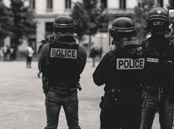 Απαράδεκτη η αστυνομική βία: Τον έλεγχο της Αστυνομίας ζητούν Ευρωβουλευτές