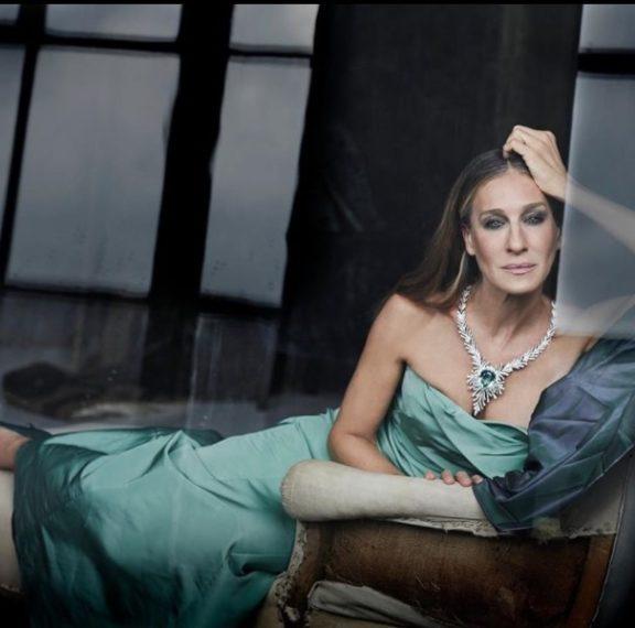 Σάρα Τζέσικα Πάρκερ: Φόρεσε ένα σικάτο χειμωνιάτικο φόρεμα που κάνει και για… κουβέρτα