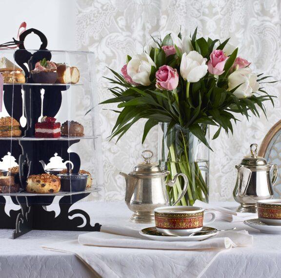 Απολαύστε το πιο διάσημο απογευματινό τσάι της Αθήνας στο σαλόνι σας!