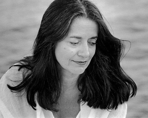 Ελένη Καραΐνδρου: Η «βελούδινη» συνθέτις που γράφει ποιήματα με νότες