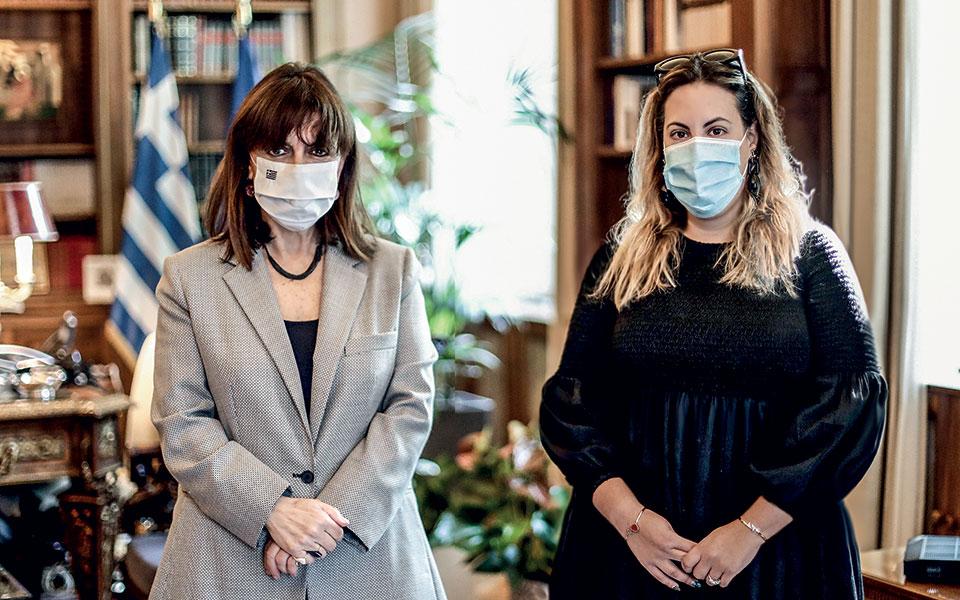 Η Μαίρη Κατράντζου σχεδίασε τα δώρα που θα προσφέρει η Πρόεδρος της Δημοκρατίας (εικόνες)