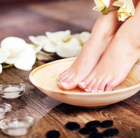 5-tips-να-περιποιηθείτε-τα-πόδια-σας-στο-σπί