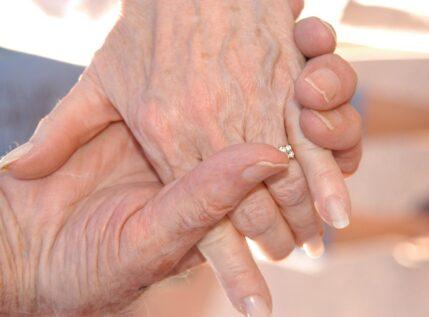 Ραγίζει καρδιές η ιστορία ενός ζευγαρίου ηλικιωμένων: «Ψυχούλα μου, φτάνεις ζωντανός κοντά μου»