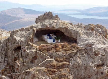 Η μοναδική εκκλησία του κόσμου χωρίς σκεπή βρίσκεται στο Αιγαίο!