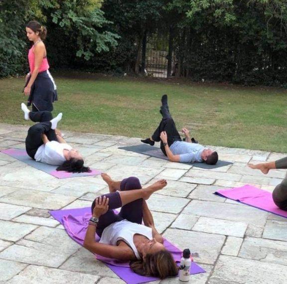 συνεχίζουμε-τα-μαθήματα-yoga-στον-πιο-όμο