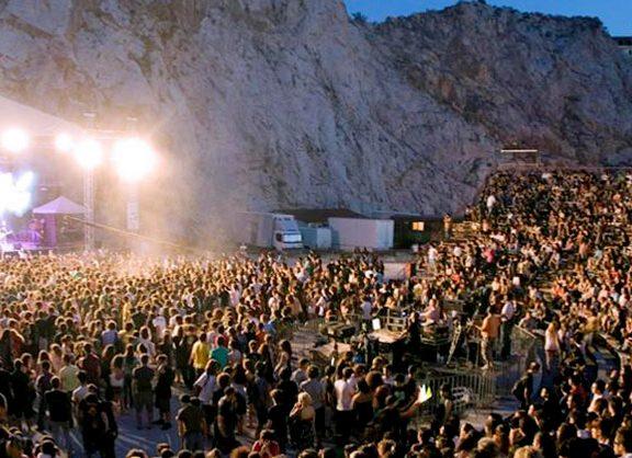 το-φεστιβάλ-στη-σκιά-των-βράχων-επιστρ