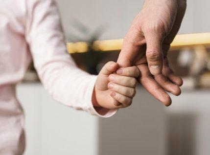 «Σιδέρωνε και ταυτόχρονα έβλεπε μαζί μας ταινίες»: Ένας πατέρας που αξίζει όσο 10 μητέρες μαζί
