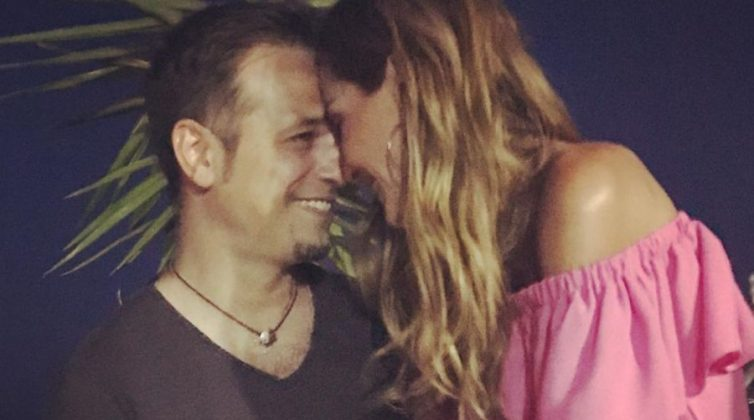 """Δέσποινα Βανδή - Ντέμης Νικολαΐδης: Ο κεραυνοβόλος έρωτας, ο γάμος και η ζωή των """"Μπέκαμ της Ελλάδας"""""""