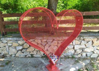 Σ΄αυτόν τον Δήμο μπορείτε να βάζετε τα πλαστικά καπάκια μέσα σε τεράστιες καρδιές!