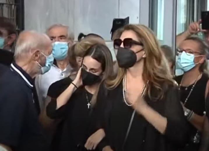 Κηδεία Τόλη Βοσκόπουλου: Η Άντζελα Γκερέκου αποχαιρετά τον άντρα της ζωής της