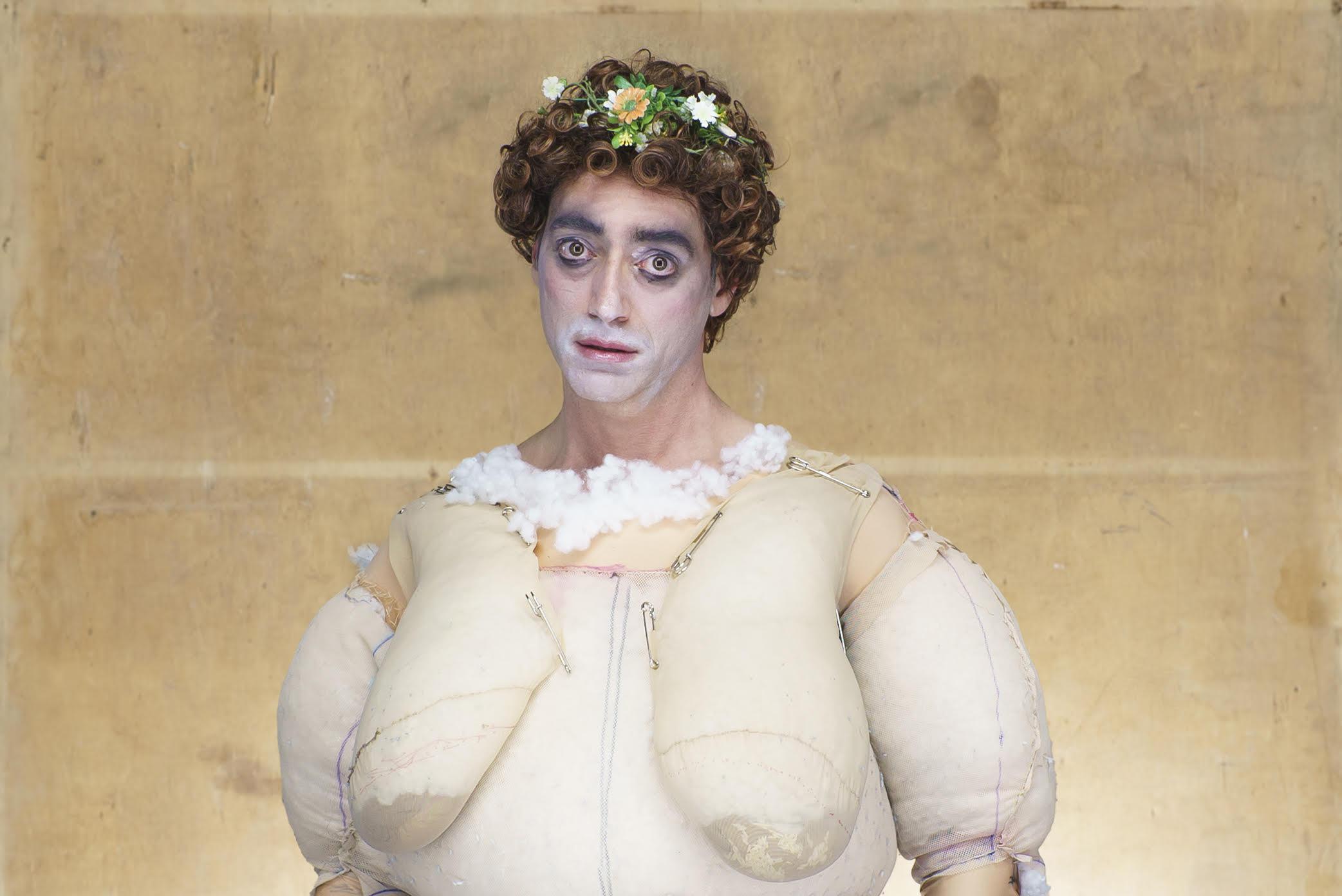 Ο Ευριπίδης Λασκαρίδης δημιουργεί μία κωμική τραγωδία στο θέατρο της Μικρής Επιδαύρου