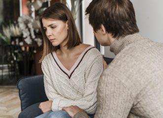 Πώς θα διαχειριστείς την εξομολόγηση της κολλητής σου ότι είναι θύμα ενδοοικογενειακής βίας