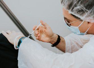 Την ώρα που τα κρούσματα ανεβαίνουν οι εικονικοί εμβολιασμοί συνεχίζονται;