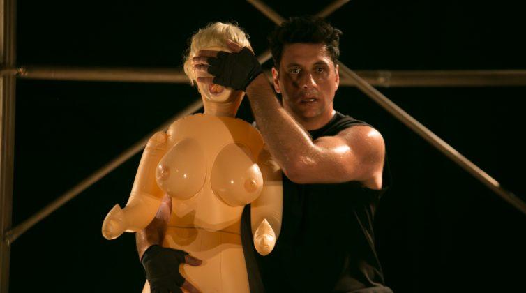 Ο Γιώργος Χρυσοστόμου «τα λέει όλα» στην προσωπική του παράσταση «Mute»