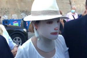 Επίθεση με βιτριόλι: Συγκλονίζει η εικόνα της Ιωάννας Παλιοσπύρου στο δικαστήριο