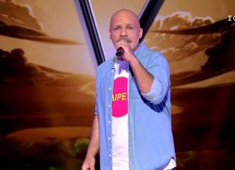 """Ο Νίκος Μουτσινάς ανέβηκε στη σκηνή του Voice κι """"εκτέλεσε"""" Μαρινέλλα - Δεν γύρισε καμιά καρέκλα!"""