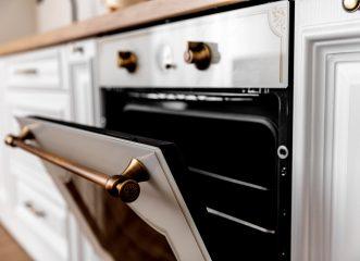 Αυτός είναι ο πραγματικός λόγος που υπάρχει το συρτάρι στη βάση της ηλεκτρικής κουζίνας - Οι περισσότεροι δεν τον γνωρίζουν