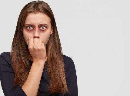 """Ενδοοικογενειακή βία: """"Νταής"""" σακάτεψε στο ξύλο τη σύζυγό του επειδή βρήκε δουλειά"""