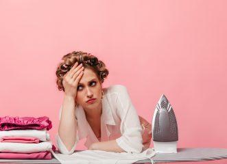 Βαριέσαι το σιδέρωμα; Κι, όμως, σε... αδυνατίζει - Δες πόσες θερμίδες καις με τις δουλειές του σπιτιού