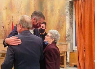 Κώστας Μπακογιάννης: Πάντρεψε στο δημαρχείο ηλικιωμένο ζευγάρι 87 και 85 ετών - Μια υπέροχη ιστορία αγάπης!