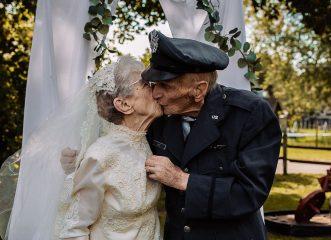 ηλικιωμένο-ζευγάρι-έβγαλε-τις-γαμήλι