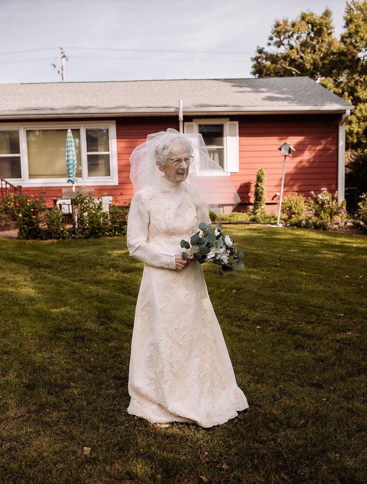 Ηλικιωμένο ζευγάρι έβγαλε τις γαμήλιες φωτογραφίες 77 χρόνια μετά το γάμο - Μια συγκινητική ιστορία