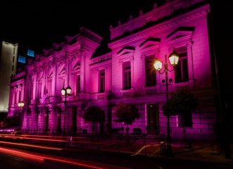 Η Estée Lauder φωταγώγησε το Εθνικό Θέατρο ενάντια στον καρκίνο του μαστού