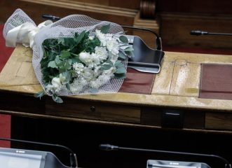 Το «αντίο» ης Βουλής στην Φώφη Γεννηματά: Τα λουλούδια στο έδρανο και οι στίχοι του Καβάφη
